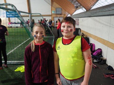 Her er Seline (12) representant for fotballaget Sarpsborg FK og Adrian (12) for Norild IL. Begge går i klasse 7B på Vadsø barneskole.
