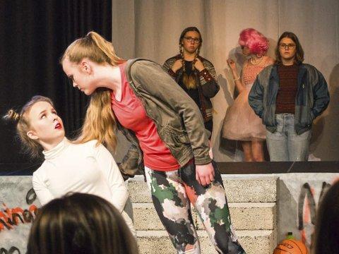 Fight: I front fra venstre: Ronja Daniloff og Hanna Marie Halten. I bakgrunnen fra venstre: Mina Emilie Wahl Jonas, Ingunn Kristina Kjølås Halvari og Emilie Charlotte Thomassen.