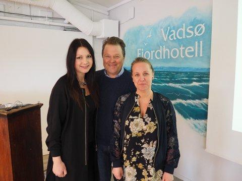 VADSØ: Arne Hjeltnes var invitert til Vadsø Fjordhotell for å holde foredrag om merkevarebygging. Marit Magelssen Vambheim (t.v.) og Veronje Kelly holdt i forkant av foredraget en workshop.
