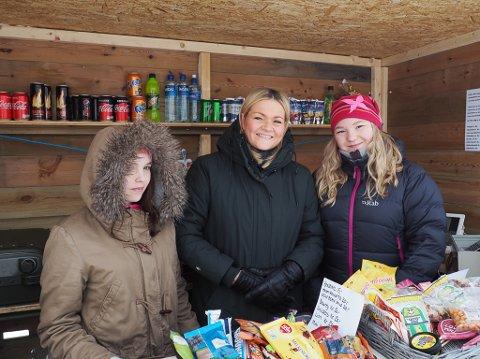 KLASSETUR: Her står Conny (14), Gry Anita Kristiansen og Lotte Paulsen (15) og samler inn penger til klassetur til Berlin.