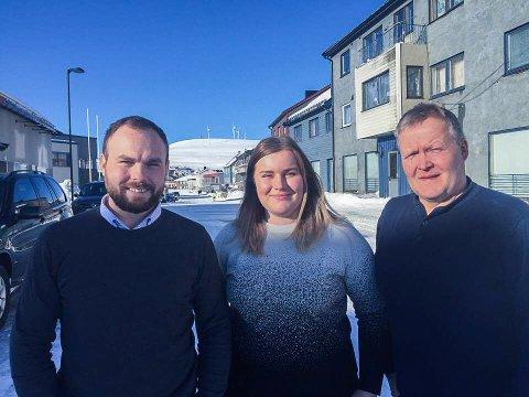 SATSER: - Vi satser på at pilene fortsetter rett opp, sier Even Johansen, Emilie Isaksen hos Måsøy i Vekst sammen med fungerende ordførerTor Bjarne Stabell.