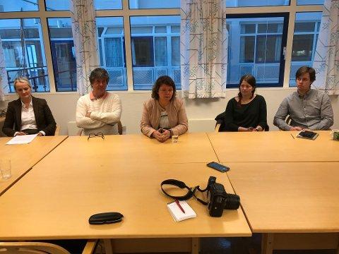 PRESENTERTE RAPPORT: Gisken Holst (AFF), Per Einar Olsen (AFF), rektor Inger B. Persen, hovedverneombud Lena Kristin Thomassen og tillitsvalgt Hans Ole Sandring fra Utdanningsforbundet.