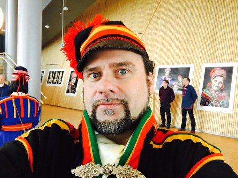 TIL VALG: Per Heimly stiller til valg for Samefolkets parti i Sør-Norge valgkrets. Her til stede under hans fotoutstilling som åpnet i Kautokeino mandag.