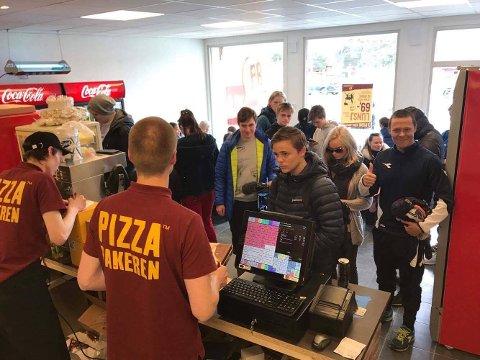 STORINNRYKK: Pizzabakeren opplevde stort trøkk på sin første åpningsdag i Alta.