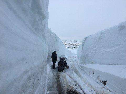 HØYE KANTER: Den snørike vinteren og seine våren har gitt starten av byggingen av vindparken på Hamnefjell litt ekstraarbeid. Foto: Privat