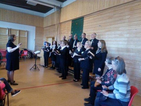 KORSANG: Tirsdag deltok koret Fossekallet fra Neiden på kulturkveld i Bugøynes.