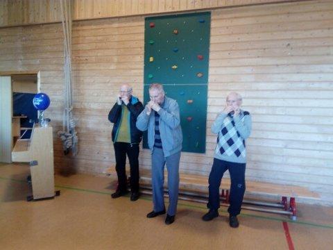 SPILTE OPP: Spreke 80-åringer spilte opp til dans under kulturkvelden på Bugøynes denne uka. Fra venstre: Edmund Seipajærvi, Karl Salmi og Kåre Var.