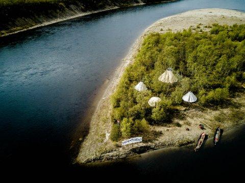 """AKSJONSLEIR: Her ser man leiren til """"Ellos Deatnu!"""" på holmen Čearretsuolu. Hele sommeren skal aksjonsgruppa ha folk der."""