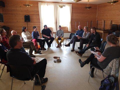 SAMLET TIL FORTELLING: Alle deltakerne hadde med seg en gammel gjenstand hver. Denne skulle beskrive stedet de representerer, og være en gjenstand som kan spille en rolle i den videre utviklingen av Finnmark som reisemål og bosted.