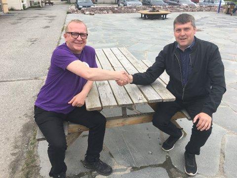 PENGEGAVE: Alf Edvard Masternes (til venstre) takker for pengegaven fra Bengt Rune Strifeldt.