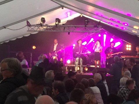 DANSESTEMNING: Rune Rudberg og bandet hadde selskap av den lokale sangfuglen Renate Hansen i teltet til Bugøynesfestivalen.
