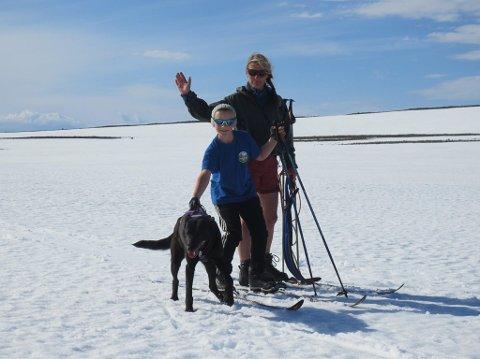 PÅ SKITUR I JULI: Marit Sundt, sønnen Brage (10) og trekkhunden Puma i strålende vær på skitur på Båtsfjordfjellet.