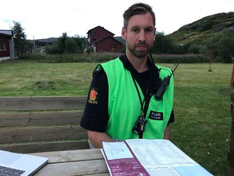 SØKER FORTSATT: Innsatsleder hos politiet, Anders Bjørke-Olssen, sier de fortsatt har et mål om å finne kvinnen i live.