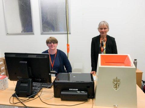 TATT IMOT MANGE STEMMER: Merete Schultz (til venstre) og Randi Ludvigsen i lokalene på kjøpesenteret Amfi i Alta der man kunne forhåndsstemme fram til fredag.