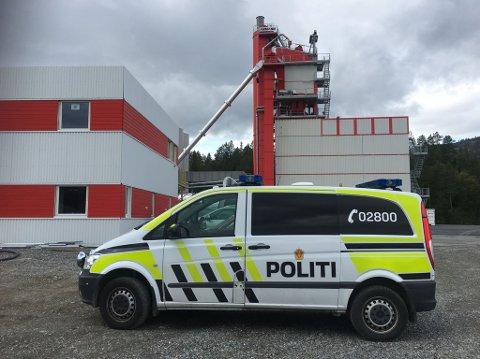 Politiet er på plass i ved Vegdekke i Alta.