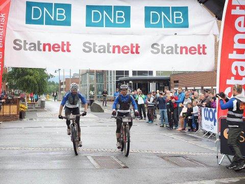Vinnerduoen Daniel Boberg Leirbakken og Kai Helge Helgesen krysset målstreken i Statnett of300 Men kl. 14.18.