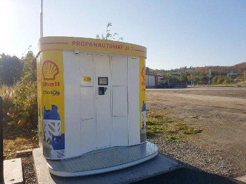 NYTT TILBUD: Gassautomaten til E6 Talvik bensin og diesel AS har vært en stor suksess. Både bobilturister og hyttefolk bruker automaten.