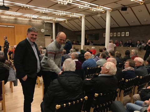 PÅ PLASS: Senterpartileder Trygve Slagsvold Vedum er på plass for å innlede på møtet. Her sammen med Finnmarks Sp-mann på Stortinget, Geir Adelsten Iversen.