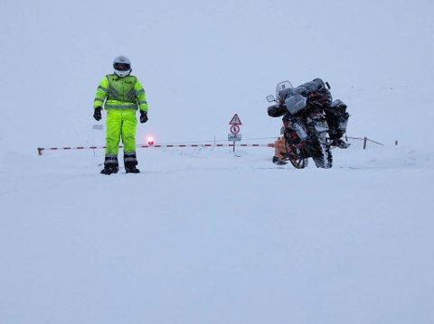 TOK TUREN: Marek Suslik på tur til Nordkapp på sin spesiallagde motorsykkel med påmonterte ski.