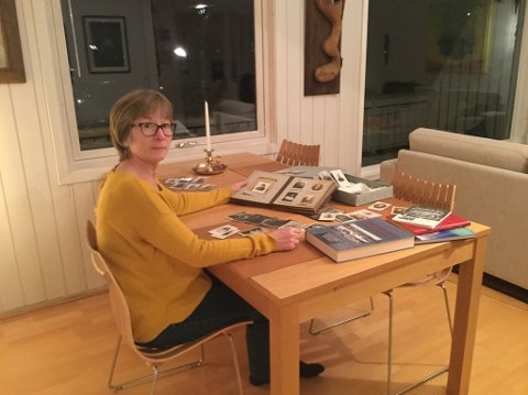 SPORER OPP: Marian Sjåstad har brukt mye tid på å lete etter informasjon om hvem som er avbildet på bildene i fotoalbumet til farmoren. Hun vil gjerne at bildene skal få nye eiere, dersom noen med tilknytning til dem tar kontakt.