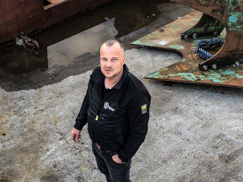 AVHENGIG AV GODT AGN: Mikal Solhaug er både fisker og daglig leder på en egnesentral.  Han er usikker på om det er fornuftig å endre på noe som har fungert i mange år.