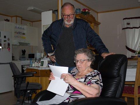 REGNING: Laila Nikkinen studerer telefonregningen sammen med sin sønn, Jonvald.
