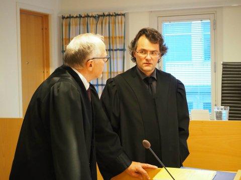 FORSVARER: Vidar Zahl Arntzen (til høyre) forsvarer den siktede mannen, her i samtaler med aktor Torstein Hevnskjel.