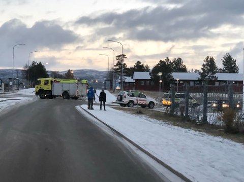 UTRYKNING: Politi, brannvesen og ambulanse har rykket ut til området ved ungdomsskolen og Huset i Alta lørdag ved 16-tiden.