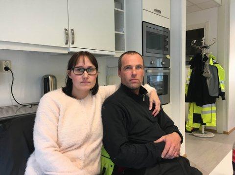 FORBANNET: Lisa Hallonen og Knut Reidar Holmgren i Kvalsund er forbannet over at det tar så lang tid å få opp nettet igjen.