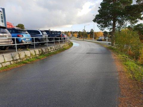 VANN SAMLES: Vann samles inntil muren her i Nordre Ringvei i Alta. Nå skal det gjøres grep.