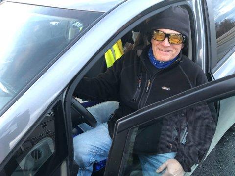 SLAPSEFØRE DRAR ENERGI: Trond Larsen fra Smørfjord i Porsanger kjører elbil, og er ikke fornøyd med vintervedlikeholdet på veiene. Slapseføre som ikke brøytes gjør at han bruker mye strøm. - Jeg ser dette lett. Men også bensinbiler bruker mer, og forurenser mer, på grunn av dette, hevder Larsen.