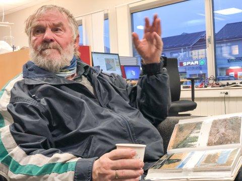 ENGASJERT: Pensjonert kaptein Tor Reidar Boland blir engasjert når han forteller historien om jobben med å rydde tysk dritt. Han blar i fotoalbumet fullt av bilder av funnet ammunisjon i finnmarksnaturen.
