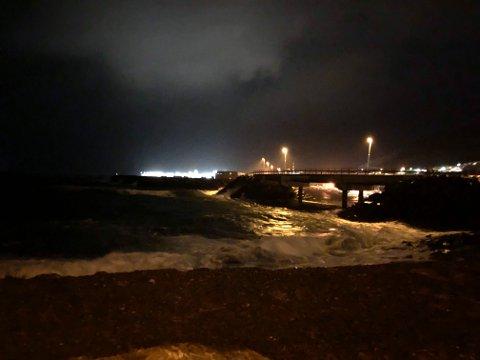 UVÆR: Hammerfest og andre steder særlig vest i Finnmark piskes hardt av vinden mandag kveld. Både politiet og vegtrafikksentralen anbefaler bilister i utsatte områder å la bilen stå.
