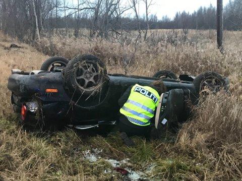 UT AV VEIEN: Bilen ble liggende på taket etter trafikkuhellet.