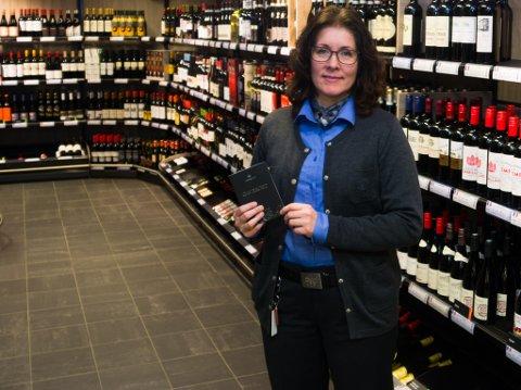 POPULÆRT: Butikksjef Hege Methi viser fram en av Vinmonopolets mest populære varer i julen