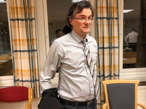FORSVARER: Advokat Vidar Zahl Arntzen tar av seg den svarte forsvarerkappen etter tre dagers jobb som forsvarer for den drapstiltalte asylsøkeren under rettssaken i Øst-Finnmark tingrett.
