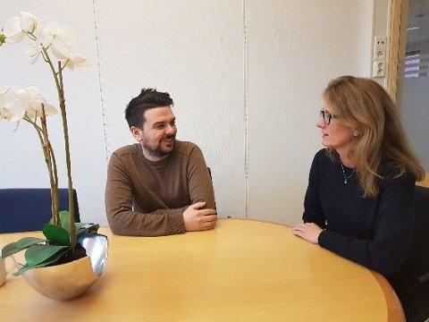 HYGGELIGERE TIDER: Rådmann Nina Bordi Øvergaard ønsker Magnus Mæland velkommen som næringssjef i Sør-Varanger kommune. Nå går han ned i halv stilling.