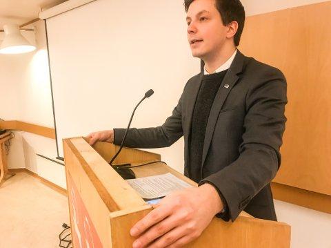 REAGERE PÅ KUTT I LAKSELV: Høyres Jonas Nymo mener kuttene de rød-grønne partiene legger opp til ved Lakseløv-skolene er uansvarlige og vil heller spare penger på å legge ned i Børselv.