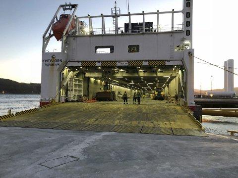 TESTET: Nor-Lines Kvitebjørn var de første som testet den nye ro-ro-rampen for tungt utstyr. Her rulles tunge anleggsmaskiner på land for bruk til opparbeidelse av det nye terminal- og baseområdet i Leirvika.Foto: John -Kåre Grøsnes, Polarbase