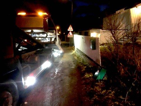 MOSTE STATIV OG BIL: Både postkassestativet og bilen til Geir Leon Tveit fikk gjennomgå. Her er bilbergeren på stedet og henter bilen hans.
