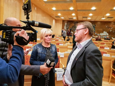 Leder Kari-Anne Opsal (Ap) fra Troms og nestleder Ulf Trygve Ballo (Ap) fra Finnmark i fellesnemnda blir her intervjuet av TV2s Egil Pettersen.