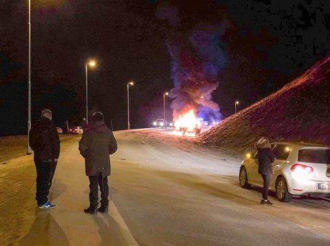 BIL I BRANN: En bil står i brann etter trafikkulykken i Alta.