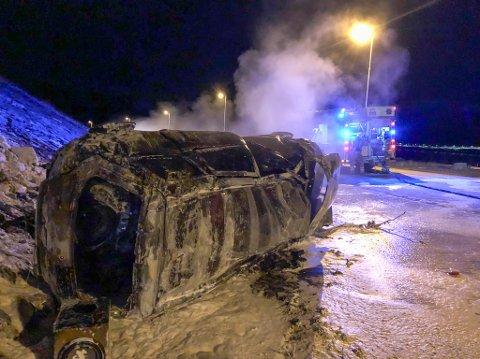 SLUKKET: Brannvesenet skumla bilen, og fikk slukket brannen.