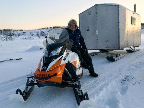 MED HUSET PÅ SLEP: Reineier Alf Johansen med sitt mobile hus på vidda, gompien som henger etter snøscooteren.
