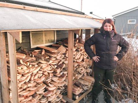 STOLT STABLER: Trine Noodt ser ut som en stolt vedstabler på dette bildet. Lite visste hun om kritikken som skulle komme fra en vaskeekte Farmen-vinner.