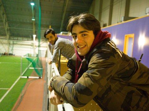 FOTBALL: Både Kamel (nærmest) og Ala spiller fotball for Kirkenes IF. De tilbringer mange timer i Barentshallen.