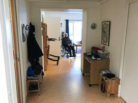 ENSOM TILVÆRELSE: Knut Eliassen (77) må stort sett tilbringe dagene inne i omsorgsboligen sin ved Nesseby sykehjem, dersom ikke en av hans pårørende kommer og tar seg av lufteturen med han, eller tilbyr han litt selskap.