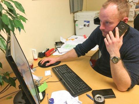 TELEFONSTORM: Egil Liberg i Lakselv grunneierforening fortviler over telefonstorm etter at bookingsystemet for fiskekort i Lakselva ikke tålte trykket fra ivrige fiskere.