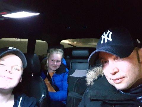 STÅR FAST: Daniel Johansen står fast i raset sammen med sin sønn Christian Johansen (13 år) og sin niese Christin Johansen (14 år), samt familens to katter.