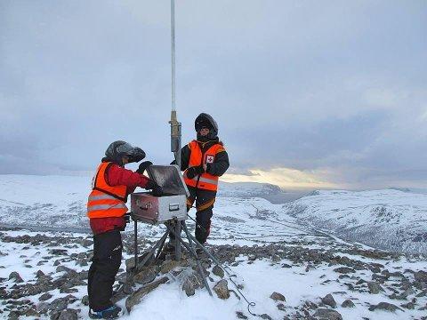 GODE SIGNALER: Røde Kors-frivillige monterer sambandsutstyr for å forsterke signalene inn i fjellet i Kjøllefjord. I påsken er det fra Kjøllefjord informasjonssentralen til Røde kors skal drives.